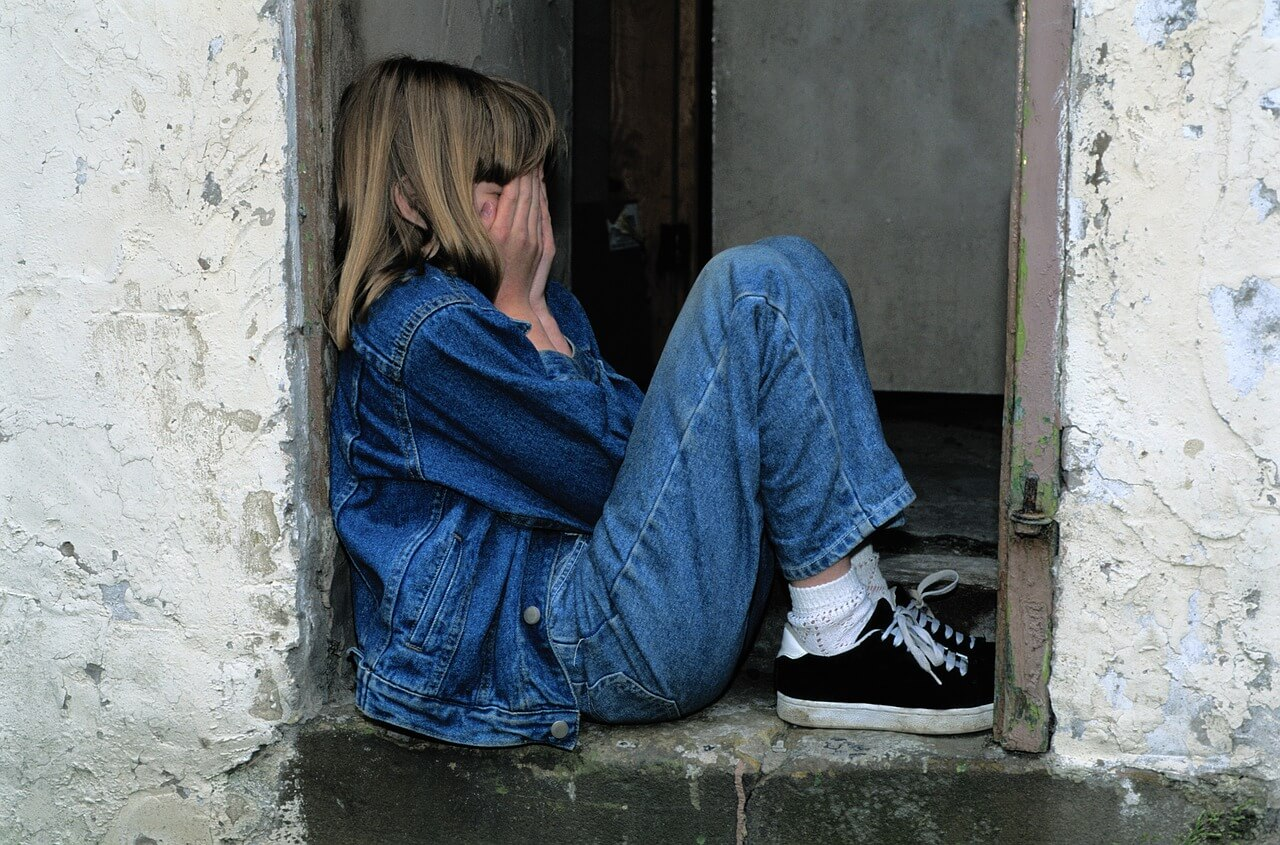 "child sitting 1816400 1280 - Psicoterapia infantil: ""Ser niño es casi tan difícil como ser adulto"""