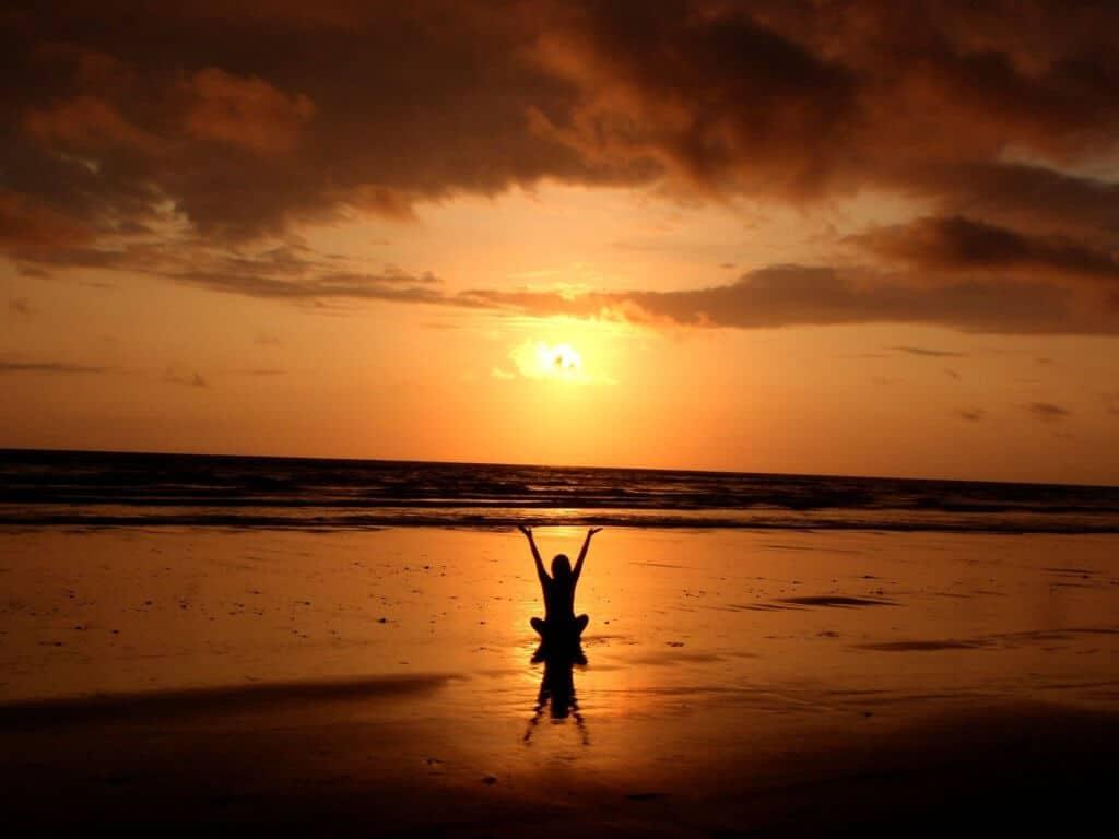 backlit balance beach 268134 1024x768 - ¿Por qué el yoga mejora nuestra calidad de vida?